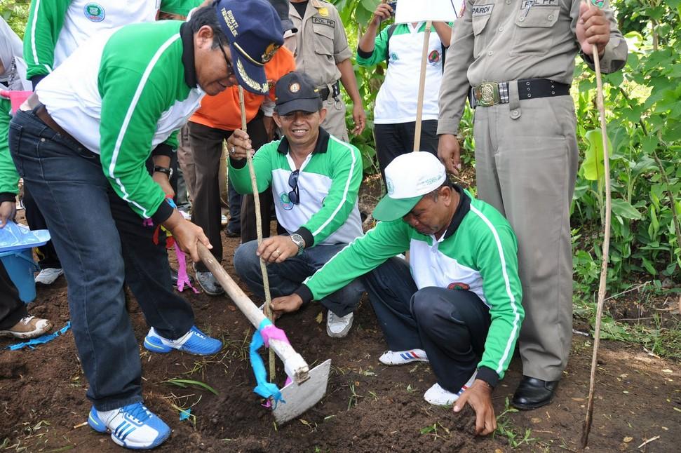 Membantu Mengatasi Pencemaran Lingkungan
